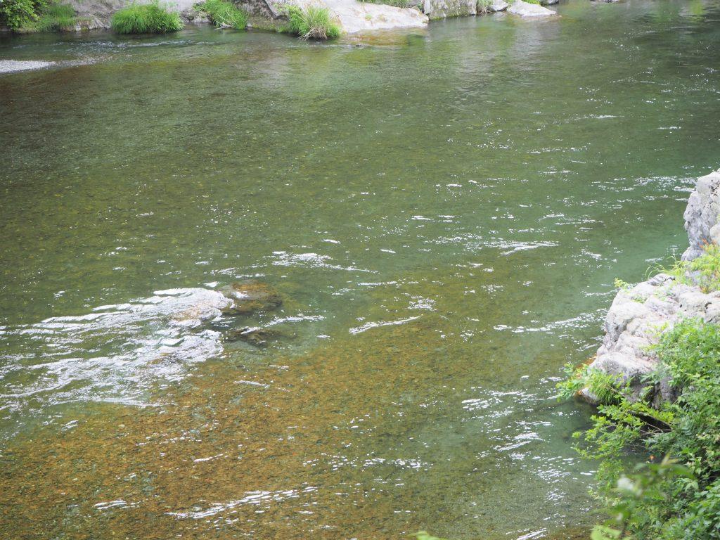 小澤酒造の前を流れる多摩川