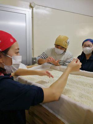 日本酒の仕込みに使う、麹の説明を受けています。