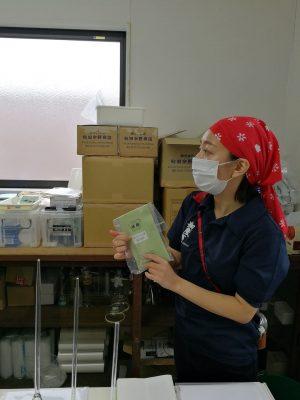 日本酒醸造に使う酵母や機器の説明を受けています。